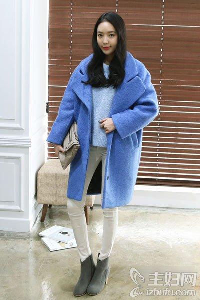 资讯2015时尚春装街拍 亮色大衣是主打